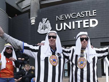 Penggemar Newcastle berfoto di luar lapangan sebelum pertandingan sepak bola Liga Premier Inggris antara Newcastle dan Tottenham Hotspur di St. James' Park di Newcastle, Inggris, Minggu 17 Oktober 2021. (AP/Jon Super)