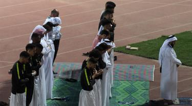 Para pemain Timas Qatar salat berjamaah sebelum sesi latihan mereka di Abu Dhabi (31/1). Timnas Qatar akan bertanding melawan wakil dari Asia Timur, Jepang pada final Piala Asia 2019. (AFP Photo/Roslan Rahman)