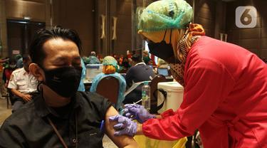 Pekerja dan Pemilik Toko di Mal Jalani Vaksinisasi COVID-19