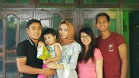 Gelandang Arema, Hendro Siswanto bersama Samsul Arif saat merayakan Idulfitri. (Bola.com/Iwan Setiawan)