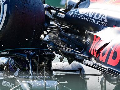 Pembalap Mercedes, Lewis Hamilton dan pembalap Red Bull, Max Verstappen gagal melanjutkan perlombaan GP Italia 2021 setelah mereka mengalami insiden pada lap ke-26. Kedua pembalap saling bertabrakan hingga membuat mobil Verstappen naik ke atas mobil Hamilton. (Foto: AFP/Andrej Isakovic)