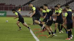Pemain Ceres-Negros saat sesi latihan jelang laga Piala AFC di SUGBK, Jakarta, Senin (22/4). Ceres-Negros akan berhadapan dengan Persija Jakarta. (Bola.com/M Iqbal Ichsan)