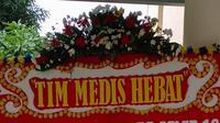 Karangan bunga dukungan untuk tim medis terlihat di RSPI Sulianti Saroso di Jakarta, Jumat (20/3/2020). Tidak hanya tenaga medis, para staf dan Kementerian Kesehatan pun mendapat apresiasi berupa karangan bunga yang datang sejak Rabu (18/3/2020) itu. (Liputan6.com/@rspi_suliantisaroso)