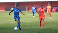 Pemain Persib Bandung putri, Siti Latipah Nurul (kiri) dibayangi pemain Persija, Rihla Nuer Aulia dalam laga di Stadion Maguwoharjo, Rabu (8/10/2019). (Bola.com/Vincentius Atmaja)