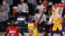 Pebasket LA Lakers, Markieff Morris, berusaha mencetak poin saat menghadapi Houston Rockets pada semifinal playoff NBA di ESPN Wide World Sports, Orlando, Jumat (11/9/2020). LA Lakers menang 110-100 atas Houston Rockets. (AFP/Michael Reaves/Getty Images)
