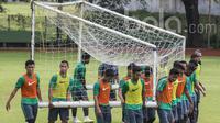 Para pemain mengangkat gawang saat mengikuti seleksi Timnas Indonesia U-22 di Lapangan SPH Karawaci, Banten, Rabu (8/3/2017). (Bola.com/Vitalis Yogi Trisna)