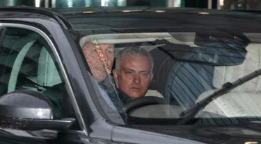 Mantan pelatih Manchester United, Jose Mourinho meninggalkan Lowry Hotel di Manchester, Inggris, (18/12). Jose Mourinho resmi dipecat oleh Manchester United pada hari Selasa (12-12-2018) menyusul hasil buruk tim. (AP Photo/Jon Super)