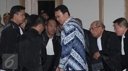Terdakwa Basuki Tjahaja Purnama atau Ahok berunding dengan tim penasehat hukum setelah pembacaan putusan sidang di Kementan, Jakarta, Selasa (9/5). Majelis Hakim menjatuhkan vonis selama dua tahun penjara terhadap Ahok. (Liputan6.com/sigid Kurniawan/Pool)