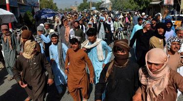 Ribuan warga Afghanistan melakukan aksi protes di Kandahar usai digusur oleh Taliban dari rumah mereka.