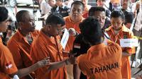 Tersangka melakukan reka ulang kejadian saat rekonstruksi pengeroyokan anggota TNI di Polda Metro Jaya, Jakarta, Senin (17/12). Dalam rekonstruksi pengeroyokan anggota TNI tersebut lima orang tersangka melakukan 20 adegan. (Merdeka.com/ Iqbal S. Nugroho)