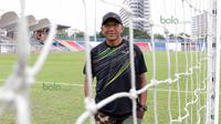 Pelatih Rahmad Darmawan saat  berada di Stadion Sultan Ismail Nasiruddin Shah adalah kandang T-Team, Kuala Terengganu, Malaysia, Selasa (26/01/2016). (Bola.com/Nicklas Hanoatubun)