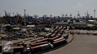 Kegiatan distribusi barang dan peti kemas dari  dan ke Pelabuhan Tanjung Priok lumpuh dampak aksi mogok nasional Pekerja JICT, Jakarta, Selasa (28/7/2015). Demo terkait dua pekerja JICT yang dipecat dan permasalahan konsesi (Liputan6.com/JohanTallo)