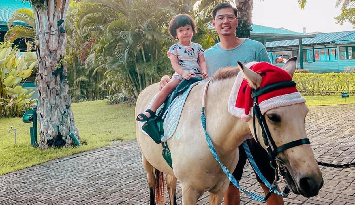 Lembar Putih terlihat tenang dan tidak panik saat menaiki kuda warna putih. Rizky Kinos selalu menemani anak perempuan kelahiran 27 Maret 2018 tersebut saat menaiki punggung kuda. Kinos tampak bahagia saat menghabiskan waktu bersama Lembar Putih. (Liputan6.com/IG/@kinosnoski)