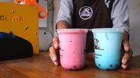 Irsyad Rojali membangun bisnis minuman boba miliknya saat dia dirumahkan dari pekerjaannya di salah satu stasiun televisi Indonesia. Sekarang, dia sudah memiliki 3 outlet di Jakarta. (Foto: Liputan6.com).