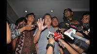 Koalisi Masyarakat Sipil Antikorupsi, Todung Mulya Lubis (tengah) Kordinator Kontras, Haris Azhar (kanan) memberikan keterangan kepada awak media saat mendatangi Bareskrim Mabes Polri di Jakarta, Jumat (23/1/2015). (Liputan6.com/Miftahul Hayat)