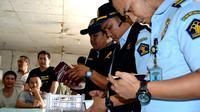 Petugas Imigrasi Bengkulu menemukan sebanyak 45 orang tenaga kerja asing asal Tiongkok yang mengantongi izin kerja kedualuarsa (Liputan6.com/Yuliardi Hardjo)