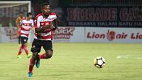 Penyerang sayap Madura United, Engelberd Sani. (Bola.com/Aditya Wany)