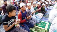 Salat Idul Fitri di kamp pengungsi Rohingya di Bangladesh (16/6) (AFP PHOTO)
