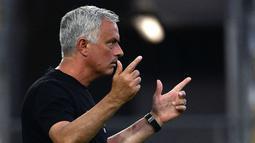 Hasil positif ditunjukkan oleh AS Roma ketika ditukangi oleh Jose Mourinho pada laga pramusim. Giallorossi tercatat mampu kantongi empat kemenangan dan satu laga seri di lima laga pertandingannya. Mereka juga mampu mengoleksi 19 gol dan hanya menelan tiga kali kebobolan. (Foto: AFP/Filippo Montefort