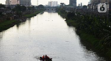 Petugas SAR gabungan Pemadam, Tagana, melakukan pencarian anak yang tenggelam di Sungai Ciliwung Kanal Banjir Barat (KBB), Tomang, Jakarta, Rabu (24/11/2020). Seorang anak dikabarkan tenggelam pada siang menjelang sore tadi di kawasan tersebut. (merdeka.com/Imam Buhori)