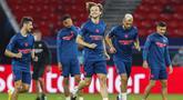Pemain Sevilla, Ivan Rakitic, melakukan latihan jelang laga Piala Super Eropa di Puskas Arena, Hungaria, Kamis (24/9/2020). Sevilla akan berhadapan dengan Bayern Munchen. (Bernadett Szabo/Pool via AP)