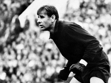 Nama Lev Yashin akan selalu abadi dalam sejarah sepak bola dunia. Kiper legendaris Uni Soviet itu selalu dikenang sebagai salah satu penjaga gawang terbaik sepanjang masa. (Photo by STF / TASS / AFP)