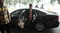 Menteri Pendidikan dan Kebudayaan (Mendikbud) Nadiem Anwar Makarim tersenyum saat turun dari mobil di Gedung Kemendikbud, Jakarta, Rabu (23/10/2019). Nadiem Makarim datang untuk menghadiri  acara lepas sambut sebagai Mendikbud yang baru. (merdeka.com/Iqbal S. Nugroho)