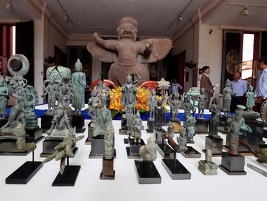 Sejumlah artefak dipamerkan sebelum upacara serah terima di Museum Nasional, Phnom Penh, Kamboja, Jumat (5/7/2019). Kolektor Jepang, Fumiko Takakuwa, secara sukarela mengembalikan sekitar 85 artefak berusia ribuan tahun asal Kamboja. (AP Photo/Heng Sinith)