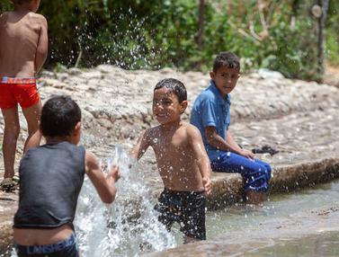 Gelombang Panas, Warga Palestina Asyik Bermain di Mata Air