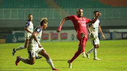 Pemain Persija Jakarta, Rohit Chand mengontrol dibayangi oleh pemain Persita, Muhammad Toha pada pertandingan pekan kelima BRI Liga 1 di Stadion Pakansari, Selasa (28/9/2021). (Bola.com/ M Iqbal Ichsan)