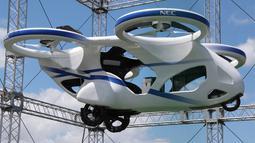 Mobil terbang NEC berhasil melayang saat penerbangan uji coba di fasilitas produsen elektronik Jepang, NEC Corp di Abiko, pinggiran Tokyo, Senin (5/8/2019). Penerbangan uji coba berhasil mencapai ketinggian tiga meter (10 kaki) dan dilakukan dalam semacam kandang berukuran besar. (AP/Koji Sasahara)
