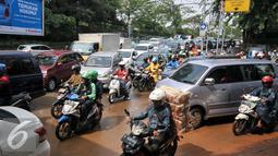 Sisa tanah yang terbawa air hujan di Jalan Galunggung, Jakarta, Selasa (30/8). Bila tidak berhati-hati pengendara motor dapat terpeleset akibat tanah basah yang menyisa di bahu jalan. (Liputan6.com/Yoppy Renato)