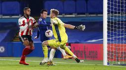 Pemain Chelsea Ben Chilwell (tengah) mencetak gol ke gawang Sheffield United pada pertandingan Liga Premier Inggris di Stadion Stamford Bridge, London, Sabtu (7/11/2020). Chelsea menang 4-1. (Peter Cziborra/Pool via AP)