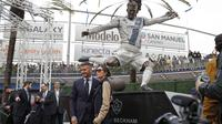 David Beckham dan istri, Victoria, menghadiri peresmian patung dirinya yang terletak di sekitar Dignity Health Sports Park. (AFP/Meg Oliphant)