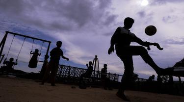 Anak-anak pengungsi Rohingya bermain di taman bermain Kamp Pengungsi Kutupalong di Cox's Bazar, Bangladesh, Senin (22/7/2019). Lebih dari satu juta etnis Rohingya melarikan diri dari Myanmar dan menetap di Kutupalong yang merupakan salah satu kamp pengungsi terbesar di dunia. (MUNIR UZ ZAMAN/AFP)