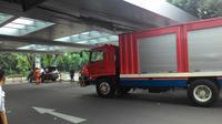 Puluhan petugas pemadam kebakaran masih berjibaku memadamkan si jago merah yang melalap pusat perbelanjaan Margo City di Depok, Jawa Barat. (Attem Alatif/Liputan6.com)