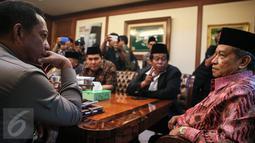 Kapolda Metro Jaya, Irjen Tito Karnavian (kiri) berbincang dengan Ketua Umum Pengurus Besar Nahdlatul Ulama, Said Aqil Siradj (kanan) berbincang di Kantor PBNU, Jakarta, Rabu (23/12). (Liputan6.com/Faizal Fanani)