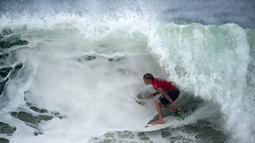 Surfer asal Amerika Serikat, John John Florence melawan ombak pada kompetisi Rio Pro Men's surfing championsghip tour di Pantai Barra de Tijuca,Rio de Janeiro, Brasil (19/5/2016). (AFP/ Christophe Simon)