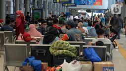 Penumpang kereta api menunggu pemberangkatan di Stasiun Senen, Jakarta, Selasa (18/5/2021). Berakhirnya larangan mudik pada 17 Mei 2021, Stasiun Senen ramai oleh pemudik susulan yang hendak berangkat ke kampung halaman di Jawa Tengah dan Jawa Timur. (merdeka.com/Imam Buhori)