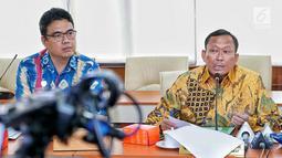 Dirjen Perhubungan Darat Kemenhub Budi Setiyadi (kanan) memberi keterangan pers terkait tarif ojek online di Jakarta, Jumat (5/7/2019). Kemenhub mengimbau agar penerapan diskon tarif ojek online tidak berlangsung lama. (Liputan6.com/JohanTallo)