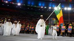 Kostum rombongan atlet Mali dengan busana putih-putih meramaikan parade upacara pembukaan Olimpiade 2016 di Stadion Maracana, Rio de Janeiro, Brasil (5/8).( REUTERS / Kai Pfaffenbach)