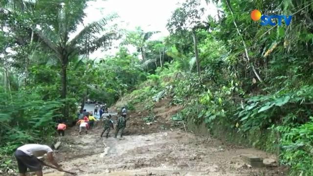 Tebing setinggi 30 meter di Desa Sedayu Kecamatan Loano longsor setelah hujan deras yang mengguyur kawasan ini selama beberapa jam.