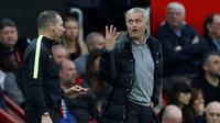 Pelatih Manchester United, Jose Mourinho, memprotes wasit cadangan pada laga melawan Burnley di Stadion Old Trafford, Sabtu (29/10/2016). (Action Images via Reuters/Carl Recine)