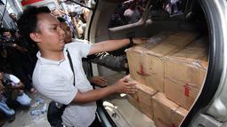 Polisi mendapati lima kardus narkotika jenis sabu dengan berat brutto 90 Kg, jika dikonversikan senilai Rp 180 miliar, Rabu (30/4/14). (Liputan6.com/Faizal Fanani)