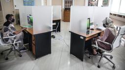 Peserta berkonsultasi dengan costumer service melalui Lapak Asik (Layanan Tanpa Kontak Fisik) di Kantor Cabang BPJamsostek Cilandak, Jumat (19/6/2020). Layanan dengan protokol kesehatan tanpa harus kontak langsung ini dalam rangka mencegah penularan COVID-19. (Liputan6.com/Faizal Fanani)