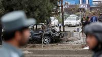 Kondisi mobil yang hancur usai terkena ledakan bom bunuh diri di Kabul, Afghanistan (15/11). Dalam insiden ini, kelompok teroris Negara Islam (ISIS) mengaku bertanggung jawab atas serangan tersebut. (AP Photo/Rahmat Gul)