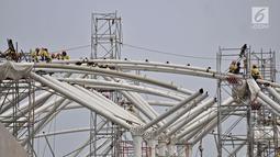 Aktivitas pekerja menyelesaikan pembangunan stasiun LRT rute Kelapa Gading-Velodrome, Jakarta, Rabu (4/7). Proyek ini ditargetkan rampung pada pertengahan Agustus dan dapat beroperasi pada perhelatan Asian Games mendatang. (Merdeka.com/Iqbal S. Nugroho)