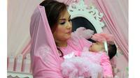Namun yang pasti, Nia Daniati sangat sayang dengan cucu pertamanya tersebut.
