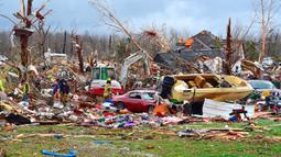Petugas penyelamat darurat mencari korban hilang setelah tornado menerjang Cookeville, Tennessee, Amerika Serikat, Selasa (3/3/2020). Tornado yang menerjang Tennessee menghancurkan bangunan dan menumbangkan tiang listrik. (Jack McNeely/The Herald-Citizen via AP)