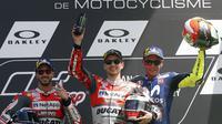 Pembalap Ducati, Andrea Dovizioso (kiri), menempati posisi kedua pada balapan MotoGP Italia di Sirkuit Mugello, Minggu (3/6/2018). (AP Photo/Antonio Calanni)